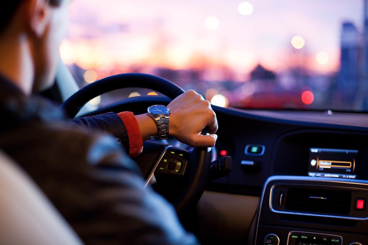 Bolesti chrbta v aute (Zdroj: https://pixabay.com/en/driver-car-traffic-man-hurry-1149997/)