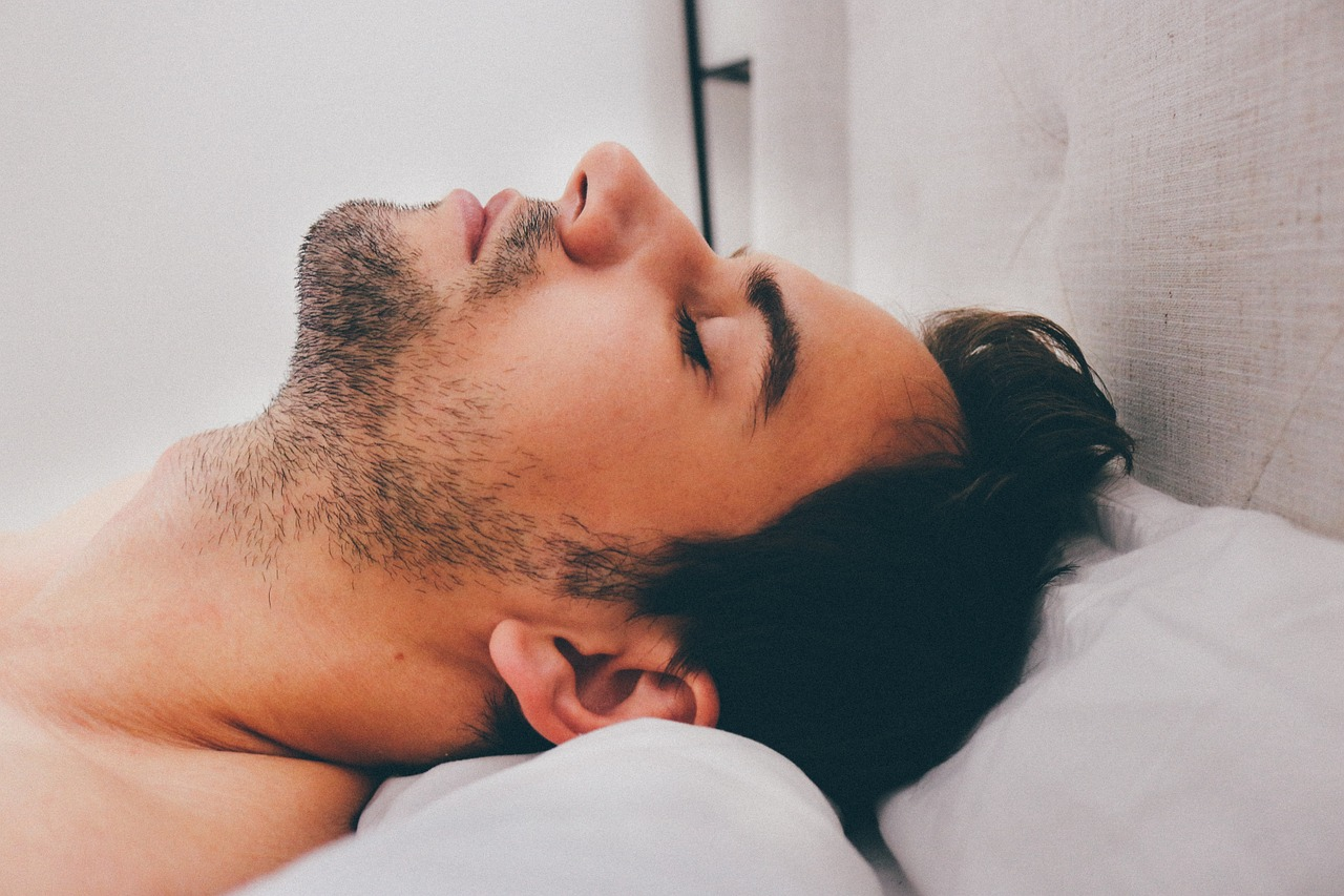 Lepší spánok (Zdroj: https://pixabay.com/en/man-young-male-adult-sleeping-909049/)