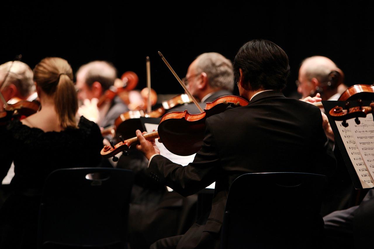 Orchester (Zdroj: https://pixabay.com/en/orchestra-symphony-stage-performing-2098877/)